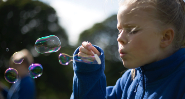 Jess takes a deep breath and blows bubbles. Join our campaign to keep children like Jess safe from the dangers of toxic air. Photo: Unicef/2018/Sutton-Hibbert